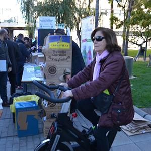 mujer en bicicleta estática en la UPV