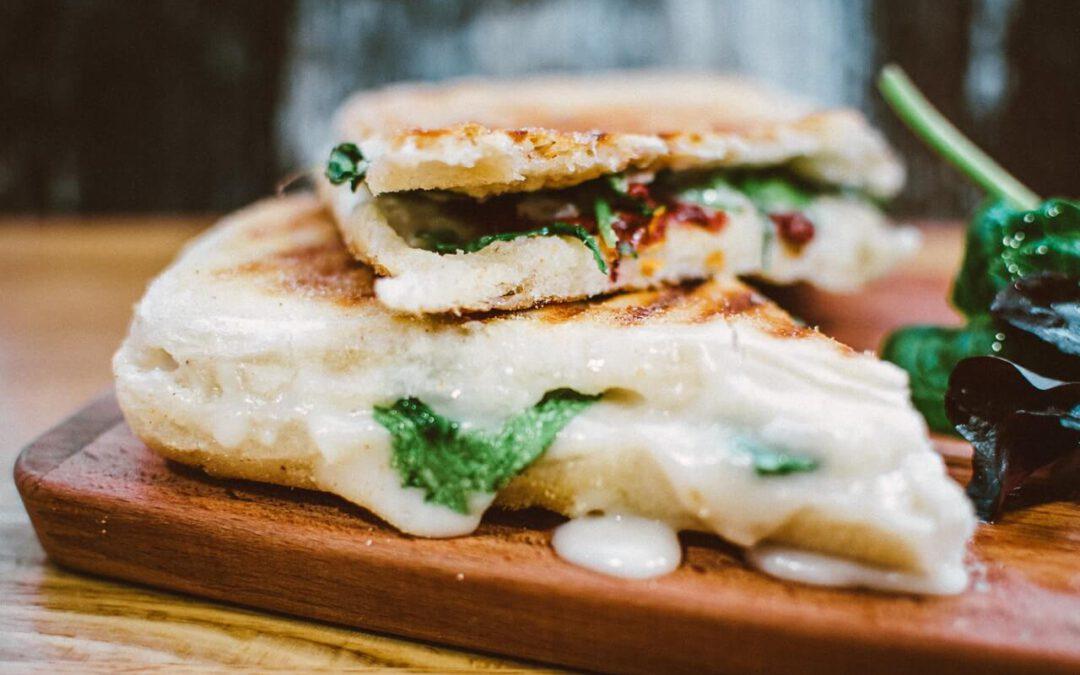 , ¿cómo hacer sandwich al horno? Cómo hemos dicho, es muy sencillo. Hay que poner a calentar el horno a una temperatura normal, 180 grados, tanto por arriba como por abajo. Una vez tengas los sandwiches listos mételos al horno.